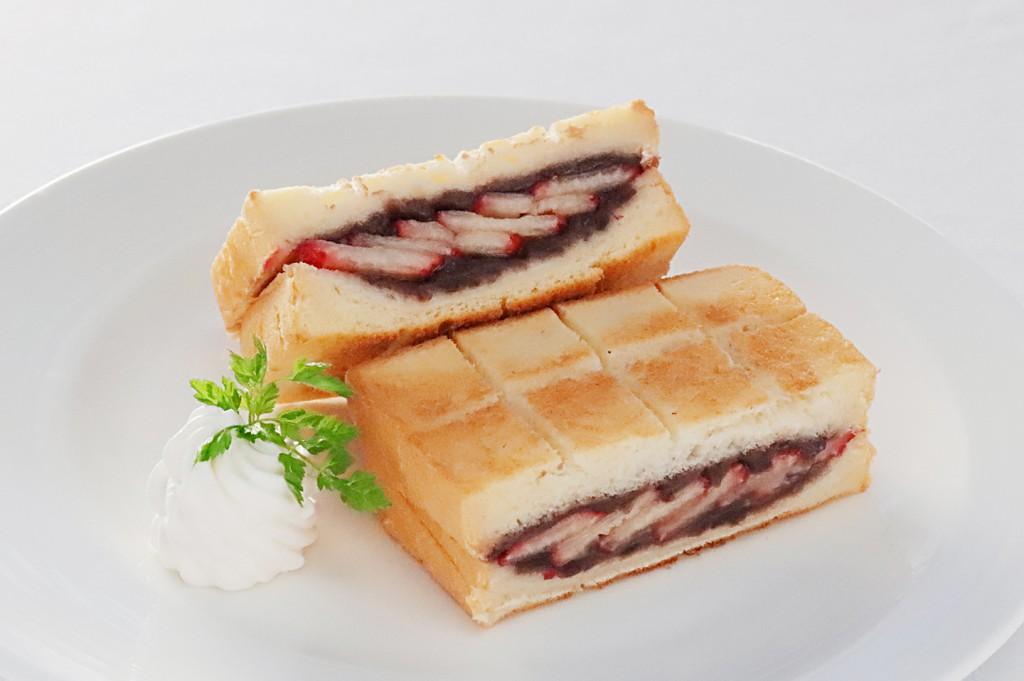 「ホテルブレッド 椿」を使用した いちご餡サンド